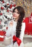 La ragazza teenager sorridente felice con la treccia lunga ha legato l'arco rosso ed il labbro rosso immagine stock libera da diritti