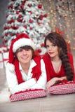 La ragazza teenager sorridente felice con la treccia lunga ha legato l'arco rosso ed il labbro rosso fotografie stock