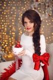 La ragazza teenager sorridente felice con la treccia lunga ha legato l'arco rosso ed il labbro rosso immagine stock