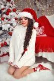 La ragazza teenager sorridente felice con la treccia lunga ha legato l'arco rosso ed il labbro rosso fotografia stock