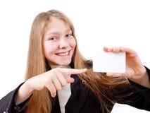 La ragazza teenager tiene la scheda di plastica Immagini Stock