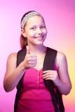 La ragazza teenager va a scuola con uno zaino su lei indietro Fotografia Stock Libera da Diritti