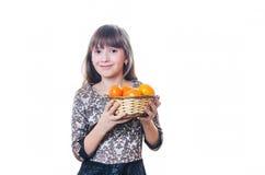 La ragazza tiene a disposizione un piatto con i mandarini Immagini Stock Libere da Diritti