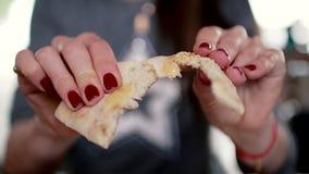 La ragazza tiene il pane in sue mani, tagliate  archivi video