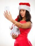 La ragazza tiene il pupazzo di neve che prende il selfie Immagini Stock