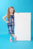La ragazza tiene la scheda bianca Fotografia Stock Libera da Diritti