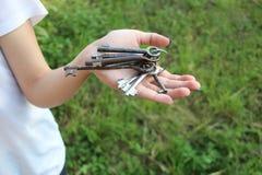 La ragazza tiene le chiavi Immagine Stock Libera da Diritti