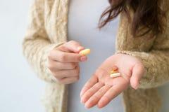 La ragazza tiene la medicina a disposizione Concetti di salute e medici fotografie stock