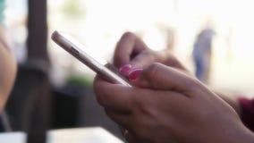La ragazza tiene un telefono di tocco in sue mani, muove il suo dito attraverso lo schermo HD, 1920x1080 Movimento lento video d archivio