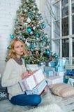 La ragazza triste adorabile ottiene i presente per il Natale Immagine Stock