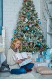 La ragazza triste adorabile ottiene i presente per il Natale Immagini Stock Libere da Diritti