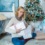 La ragazza triste adorabile ottiene i presente per il Natale Fotografia Stock Libera da Diritti