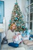 La ragazza triste adorabile ottiene i presente per il Natale Fotografia Stock