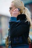 La ragazza triste parla dal cellulare Fotografia Stock Libera da Diritti