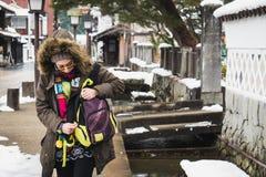 La ragazza turistica esplora la bellezza della città del tsuwano nell'inverno Fotografia Stock