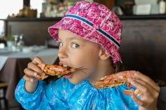 La ragazza turistica mangia il grande gamberetto in caffè sulla penisola di Sithonia Fotografia Stock