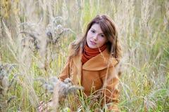 La ragazza in un'alta erba Fotografie Stock