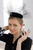 La ragazza in un cappello e con il manicure di scacchi Immagini Stock Libere da Diritti