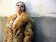 La ragazza in un cappotto di pelliccia Fotografie Stock Libere da Diritti
