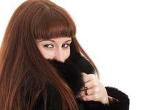 La ragazza in un cappotto di pelliccia nero Fotografia Stock Libera da Diritti