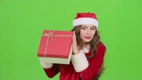 La ragazza in un costume nubile della neve tiene un regalo Schermo verde Fine in su video d archivio
