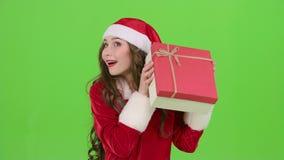 La ragazza in un costume nubile della neve tiene un regalo in sua mano Schermo verde Fine in su Movimento lento archivi video