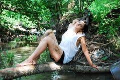 La ragazza in un legno Immagini Stock Libere da Diritti