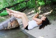 La ragazza in un legno Immagine Stock