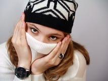 La ragazza in un ponticello bianco chiude il fronte un collare Fotografia Stock