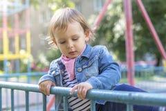 La ragazza in un rivestimento dei jeans disegna con i gessi colorati Immagine Stock Libera da Diritti