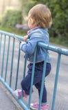 La ragazza in un rivestimento dei jeans disegna con i gessi colorati Fotografia Stock Libera da Diritti