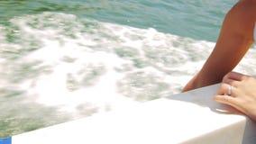 La ragazza in un tocco degli occhiali da sole ondeggia su una barca attraverso il fiume di Kalu Ganga stock footage