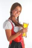 La ragazza in un vestito bavarese tradizionale Immagine Stock