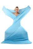 La ragazza in un vestito blu lungo. Fotografia Stock