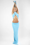 La ragazza in un vestito blu lungo. Fotografie Stock Libere da Diritti