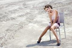 La ragazza in un vestito crema Immagine Stock
