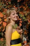 La ragazza in un vestito giallo Fotografia Stock