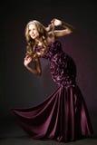 La ragazza in un vestito lilla. Immagini Stock