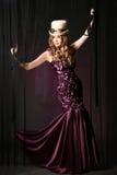 La ragazza in un vestito lilla. Immagini Stock Libere da Diritti