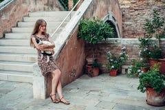 La ragazza in un vestito passeggia da un vecchio cortile accogliente fotografie stock