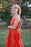La ragazza in un vestito rosso Immagini Stock