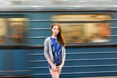 La ragazza in un vestito viaggia al sottopassaggio Fotografia Stock