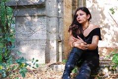 La ragazza in una cappella Immagini Stock Libere da Diritti