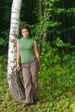 La ragazza in una foresta verde Fotografia Stock Libera da Diritti