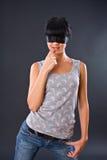 La ragazza in una maglia chiara con gli occhi si è fissata vicino Fotografia Stock