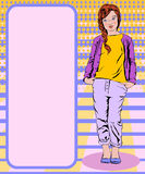 La ragazza in una maglietta gialla e nei pantaloni porpora di un rivestimento porpora sta Fotografia Stock Libera da Diritti