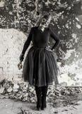 La ragazza in una maschera antigas La minaccia di ecologia immagini stock libere da diritti