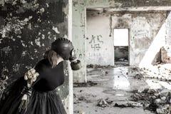 La ragazza in una maschera antigas La minaccia di ecologia immagine stock libera da diritti