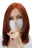 La ragazza in una mascherina medica Fotografie Stock Libere da Diritti