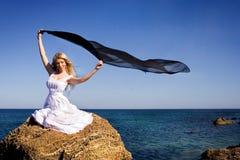 La ragazza in una stretta bianca del vestito Immagini Stock